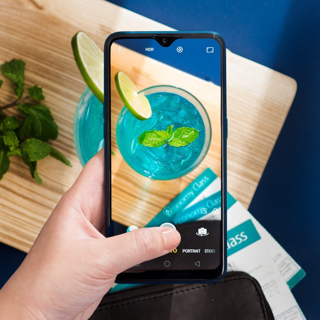 OPPO A7 sở hữu màn hình giọt nước tràn viền 6,2 inch đầu tiên trong phân khúc.