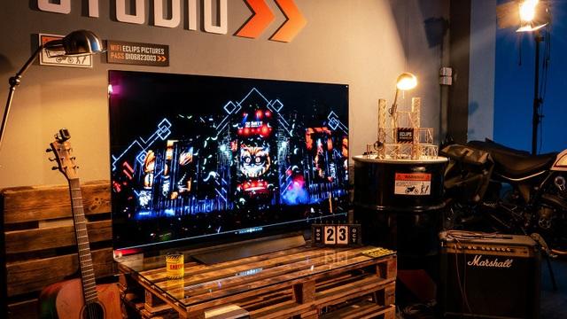 Vỹ Vlash thường kiểm tra sản phẩm trên TV trước khi gửi cho khách hàng