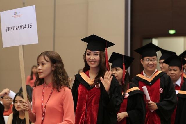 Buổi lễ tốt nghiệp đã dành cho các học viên một sự xuất hiện đầy trang trọng và ý nghĩa khi họ xuất hiện từ phía sau hội trường, nhận được sự chào đón của người thân và bạn bè đến dự.