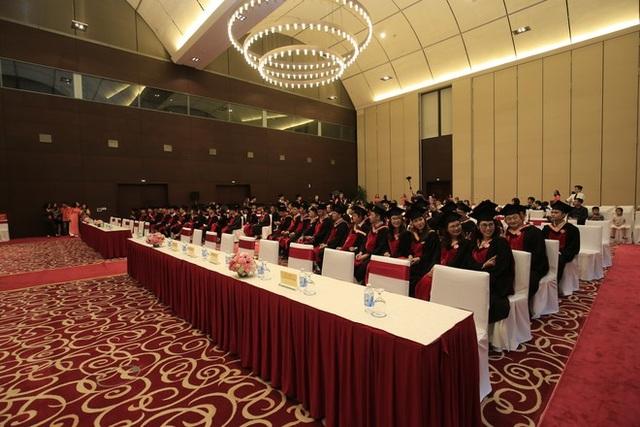 Trong số 165 thạc sĩ có mặt tại lễ tốt nghiệp lần này, có 142 người là hoc viên của chương trình thạc sĩ Quản trị Kinh doanh (FeMBA); 15 học viên của chương trình đào tạo thạc sĩ Quản trị Kinh doanh quốc tế (DAS/eMBA) và 8 học viên của chương trình thạc sĩ Kỹ thuật Phần mềm (MSE).