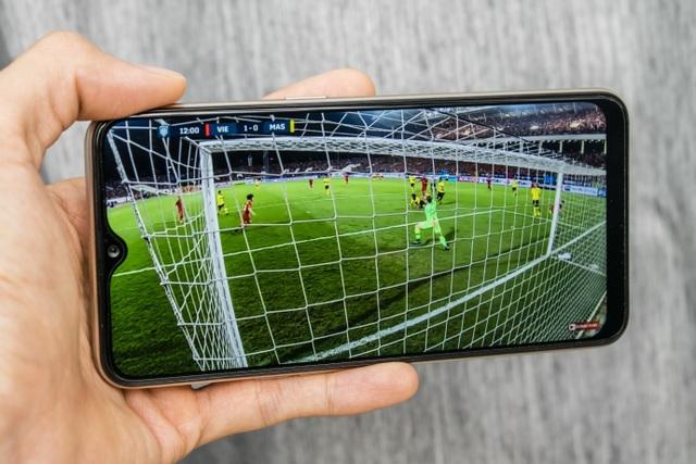 OPPO A7 với dung lượng pin khủng 4,230mAh giúp người dùng có thể thả ga theo dõi những trận đấu bóng đá sôi động liên tục.