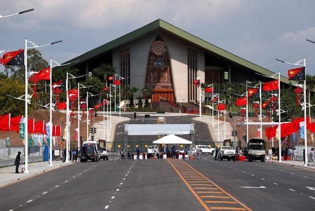Cờ Trung Quốc và Papua New Guinea được treo dọc con đường trước tòa nhà quốc hội Papua New Guinea ở thủ đô Port Moresby. (Ảnh: Reuters)