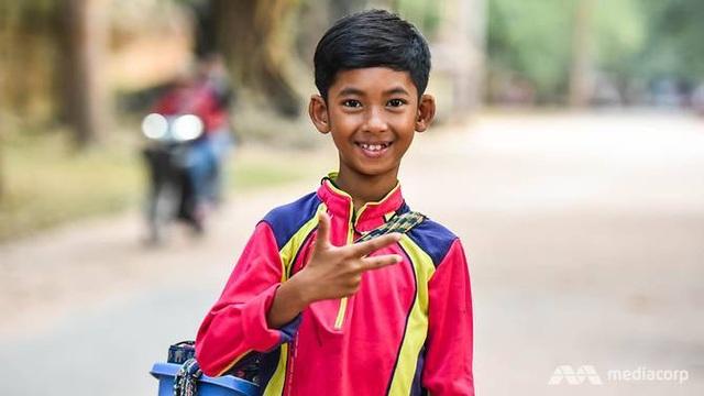 Bé trai Salik người Campuchia nói tốt hơn chục thứ tiếng nhờ giao tiếp với du khách nước ngoài