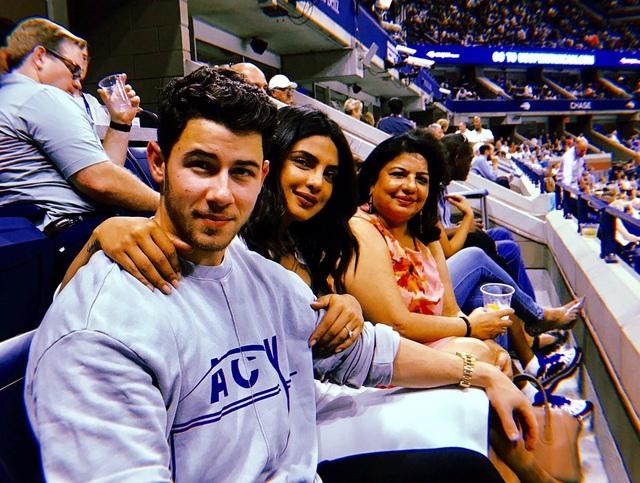 Mẹ của Priyanka Chopra (ngoài cùng bên phải) hoàn toàn tin vào lựa chọn của con gái, bà hết lời khen con rể tương lai Nick Jonas chu đáo, lịch thiệp