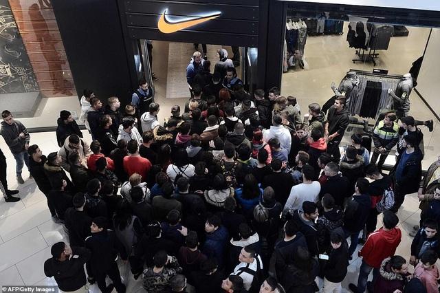 Dòng người đổ xô vào một cửa hàng của thương hiệu đồ thể thao nổi tiếng thế giới tại Thessaloniki, Hy Lạp. (Ảnh: Getty)