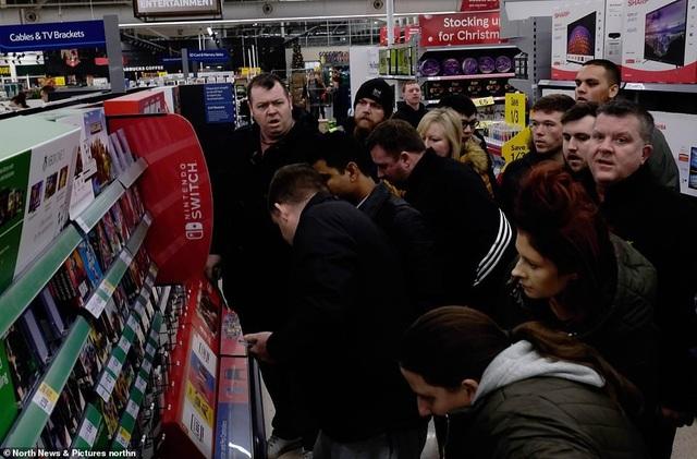 Dòng người tập trung đông đúc tại các kệ hàng trong một siêu thị tại Anh. (Ảnh: North News)