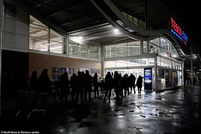 Hàng ngàn người đã tới khu vực trước cửa từ sáng sớm, bất chấp thời tiết lạnh giá, xếp hàng chờ mua sắm. (Ảnh: North News)