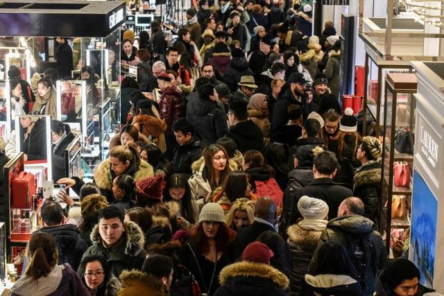 Biển người đổ xô đi mua sắm tại một cửa hàng ở New York, Mỹ (Ảnh: Reuters)
