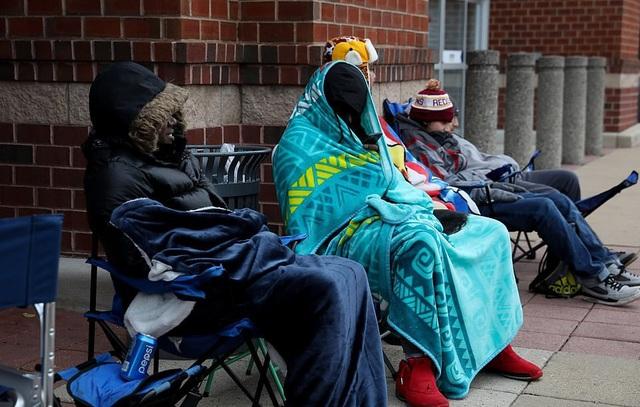 Nhiều người New York đã mang ghế và chăn ra trước các cửa hàng từ đêm hôm trước để chờ tới lượt (Ảnh: Dailymail)