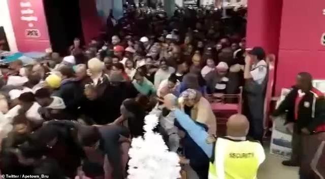 Dòng người đổ xô tới các cửa hiệu thuộc trung tâm thương mại Baywest, Port Elizabeth ở Nam Phi nhằm tìm kiếm những món hàng ưng ý. (Ảnh: Twitter)