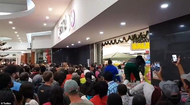 Tình trạng trở nên khá hỗn loạn tại một cửa hiệu ở Nam Phi (Ảnh: Twitter)