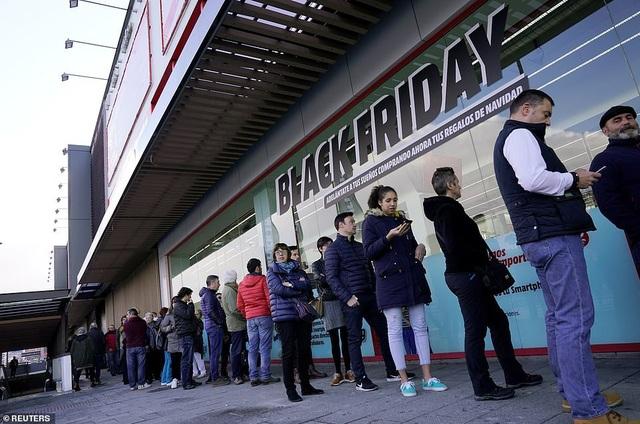 Tại Barakaldo, Tây Ban Nha, ngay từ sáng sớm, hàng dài người đã xếp hàng chờ cửa hàng mở cửa để có thể tìm được những món đồ ưng ý. (Ảnh: Reuters)