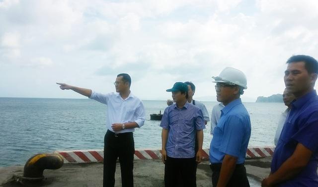 Ông Phạm Đại Dương (bên trái, áo trắng) kiểm tra chỉ đạo công tác chống bão số 9