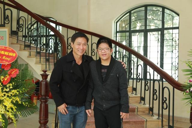 Nghệ sĩ Quốc Tuấn và Bôm.