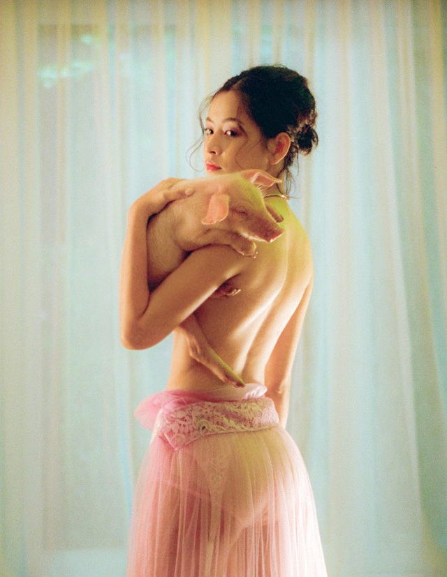 Chỉ với 15 giây, Chi Pu đã gây ấn tượng với người xem khi lần đầu sexy hết mức và mang hình ảnh gợi cảm này vào sản phẩm âm nhạc của mình.