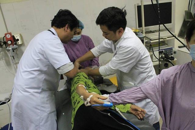Ngậm đá nano chữa bách bệnh, nữ bệnh nhân hóc dị vật phải cấp cứu - 1