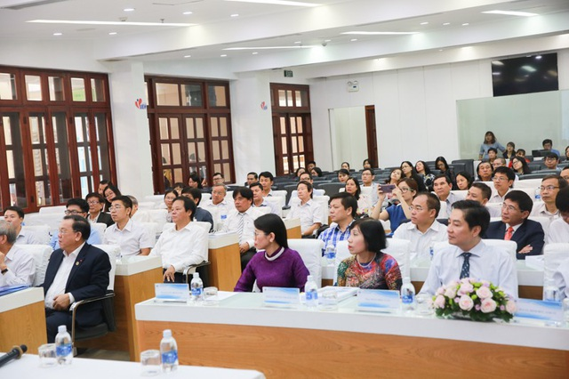 Đông đại biểu là các chuyên gia, nhà khoa học, quản lý giáo dục các trường ĐH trên cả nước tham dự.