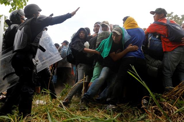 Cảnh sát Mexico chặn đoàn người di cư đi qua biên giới. (Ảnh: Reuters)