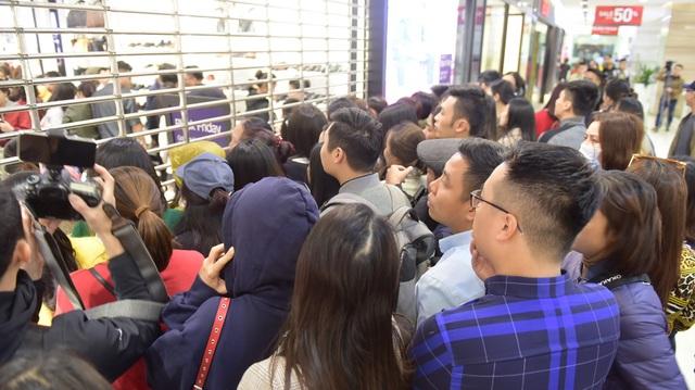 Trong ngày Black Friday, hầu hết các cửa hiệu đều giảm giá, thu hút lượng lớn khách đến mua sắm. Một gian hàng chật kín người mua hàng, khiến nhiều khách phải đứng ngoài chờ đợi đến lượt mình.
