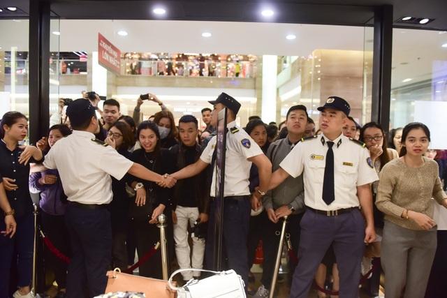 Hàng rào bảo vệ được lập nhằm đảm bảo an ninh cho người dân đến mua hàng.