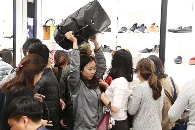 Một khách hàng nhanh tay chọn mua được món đồ mình ưa thích.