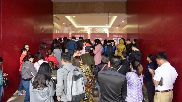 Sáng nay 24/11, nhiều trung tâm thương mại, cửa hàng trên địa bàn Hà Nội đồng loạt giảm giá mạnh. Nhiều người đã đến sớm để xếp hàng đón giờ mở cửa để săn những đồ hiệu giảm giá.