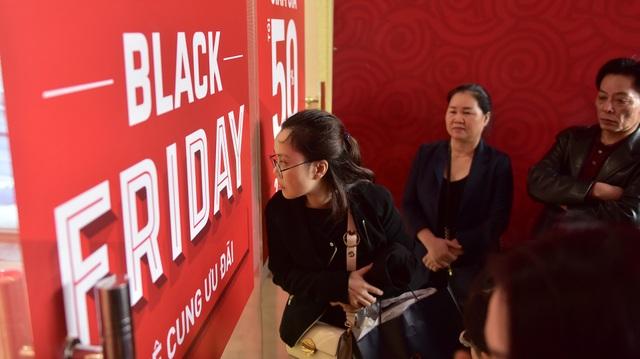 Chưa đến giờ mở cửa, hàng trăm khách hàng đã tập trung bên ngoài.  Black Friday là ngày Thứ Sáu của tuần thứ tư trong tháng 11 hàng năm. Ngày này được coi là ngày vàng mua sắm cho các tín đồ shopping trên thế giới.