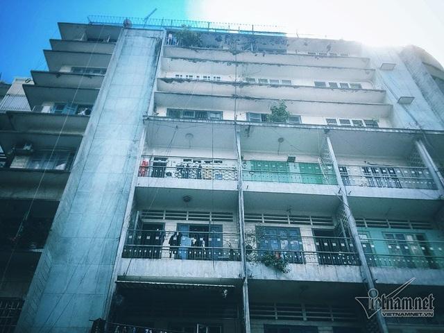 Chung cư 155-157 Bùi Viện nằm ở khu phố Tây Sài Gòn (phường Phạm Ngũ Lão, quận 1). Chung cư có quy mô gồm 6 tầng, rộng 600 m2, hơn 4.000 m2 sàn xây dựng.