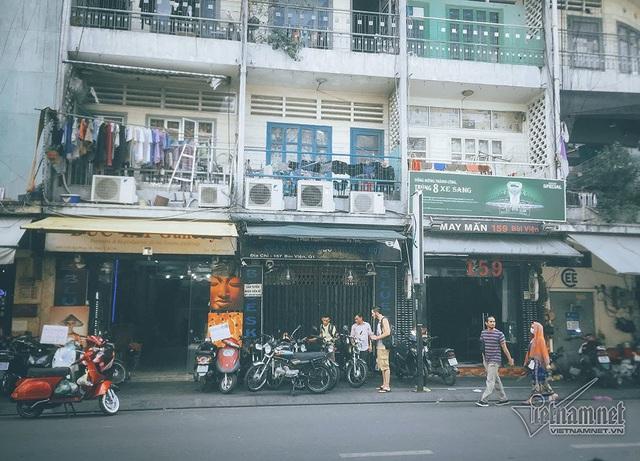 Khu vực tầng trệt được người dân mở các cửa hàng quán ăn, tranh thêu trên con phố Tây nổi tiếng nhất Sài Gòn.