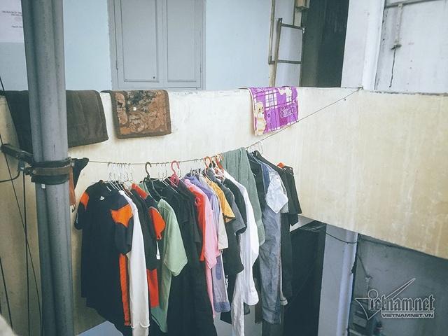 Không gian chung cư nhỏ hẹp, thiếu ánh sáng nên các hộ dân phải buộc thêm nhiều sợi dây phía ngoài ở ngay giữa giếng trời để phơi quần áo.
