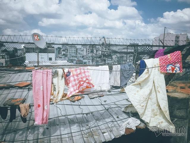 Người dân chung cư tận dụng những dây điện chằng chịt ở trên sân thượng để phơi đồ sinh hoạt của gia đình.