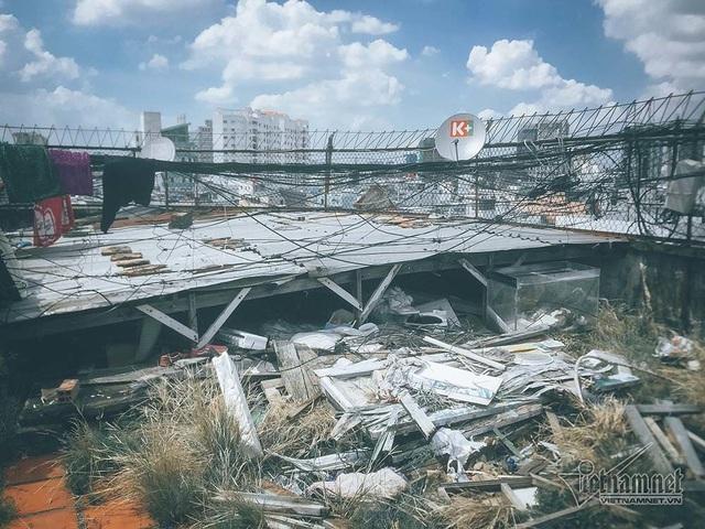 Rác không được dọn dẹp, chất thành đống trên sân thượng.