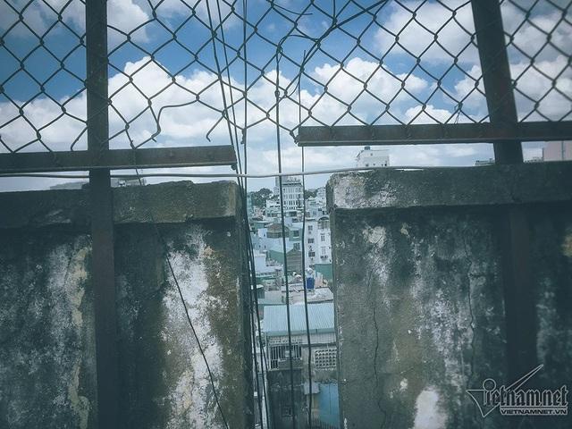 Xung quanh sân thượng được rào bằng những lưới thép lâu ngày, đang gỉ sét. Sở Xây dựng TP.HCM từng đánh giá, tổng thể chung cư 155-157 xuất hiện tình trạng nguy hiểm, bị hư hỏng nặng. Khả năng chịu lực của công trình này cũng được cho là nguy hiểm, cần di dời các hộ dân để tháo dỡ. Chung cư hiện vẫn tốt chỉ cần chỉnh trang lại một số hạng mục như cầu thang và trần nhà. Trong trường hợp di dời hộ dân, chúng tôi sẵn sàng đi nhưng chính quyền và nhà đầu tư phải cam kết với chúng tôi về chỗ ăn ở trong thời gian xây dựng mới, ông Vũ Đức Vịnh, người dân sinh sống ở đây, cho biết.