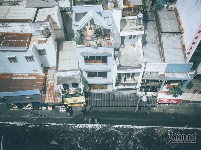 Phía dưới chung cư phải di dời khẩn cấp này là con đường Bùi Viện sầm uất, nhộn nhịp du khách nước ngoài ở Sài Gòn, nhất là vào thời điểm ban đêm.