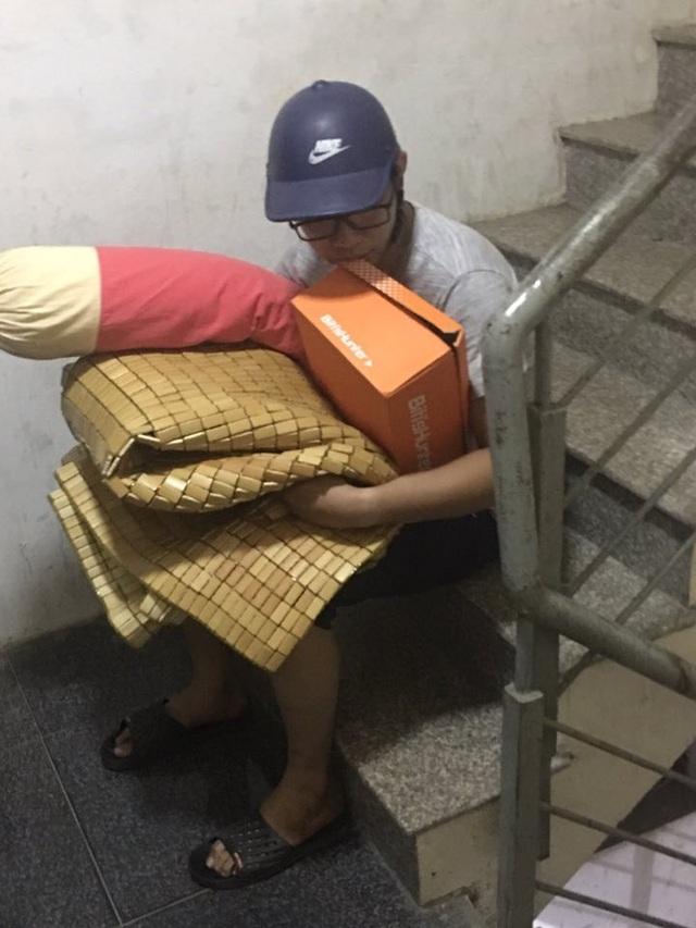 Tình cảnh đáng thương của người chồng khi nhậu về muộn, bị vợ phạt canh cửa. Nguồn: P.H.Q