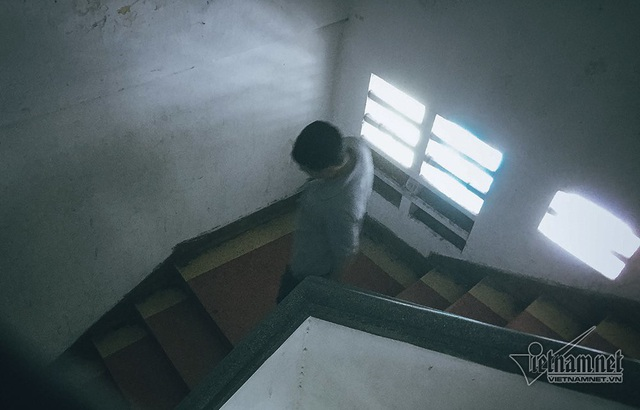 Hệ thống cầu thang chật hẹp và thiếu ánh sáng. Tuy nhiên một số người dân cho biết, cầu thang dẫn lên chung cư được cho là còn khá kiên cố.