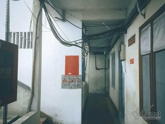 Hành lang các tầng đều chằng chịt dây điện, dây cáp.