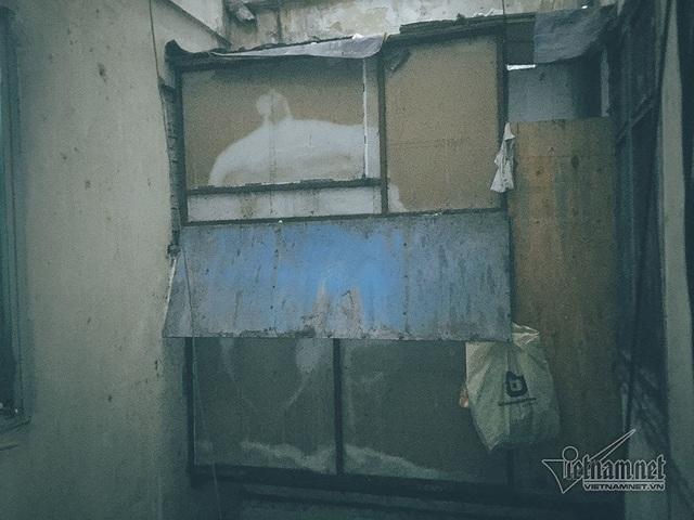 Một số người dân cơi nới phần cửa sổ bằng những tấm nhựa, tôn và ván gỗ.