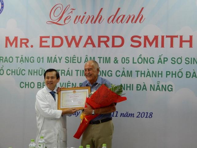 Lãnh đạo Bệnh viện Phụ sản - Nhi Đà Nẵng trao bằng khen của Chủ tịch UBND TP Đà Nẵng cho ông Edward Smith