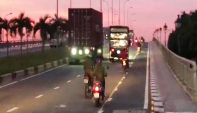 """Vì sao người đi xe máy """"sợ"""" làn 2 bánh trên cầu vượt D1-Lê Văn Việt? - 3"""