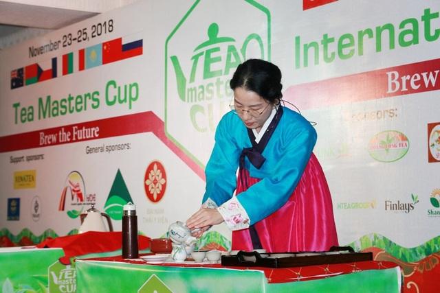 Nghệ nhân trà đến từ Hàn Quốc đang thể hiện phần thi của mình