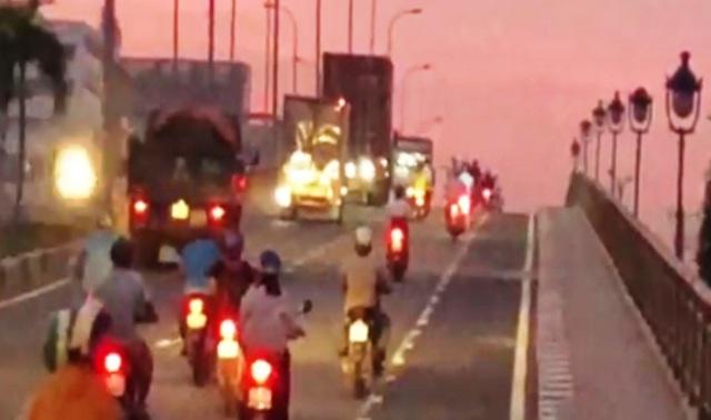 Bất chấp nguy hiểm, người đi xe máy không chịu chạy vào làn xe 2 bánh trên cầu vượt D1- Lê Văn Việt, trong KCNC, quận 9.