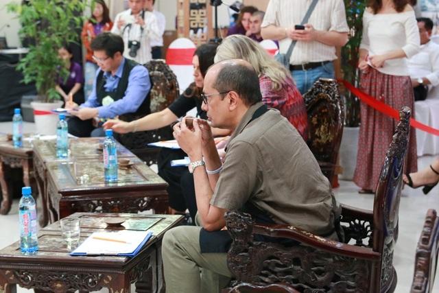 Một giám khảo đang kỹ càng thưởng trà