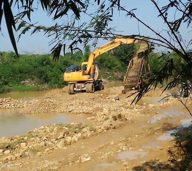 Hình ảnh máy xúc vẫn ngang nhiên hoạt động đào cát sỏi được chụp vào sáng nay 24/11.