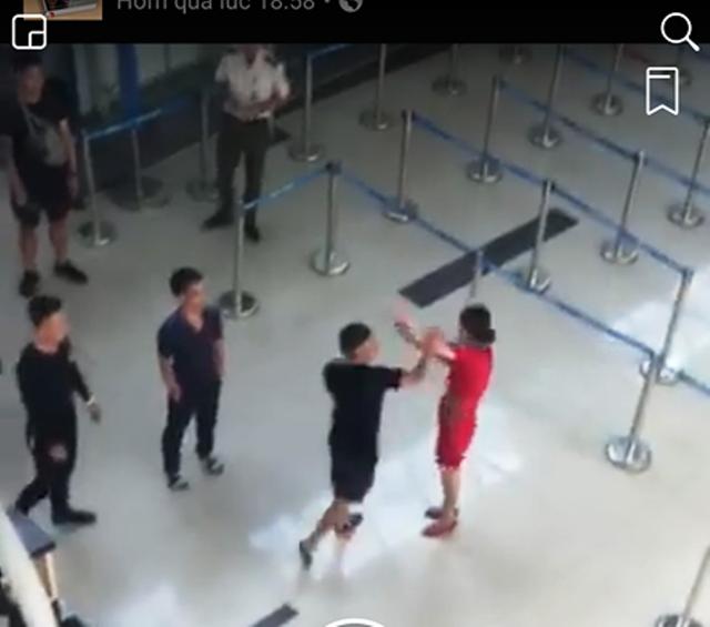 Hình ảnh nữ nhân viên hãng VietJet bị hành hung (Ảnh cắt từ clip).
