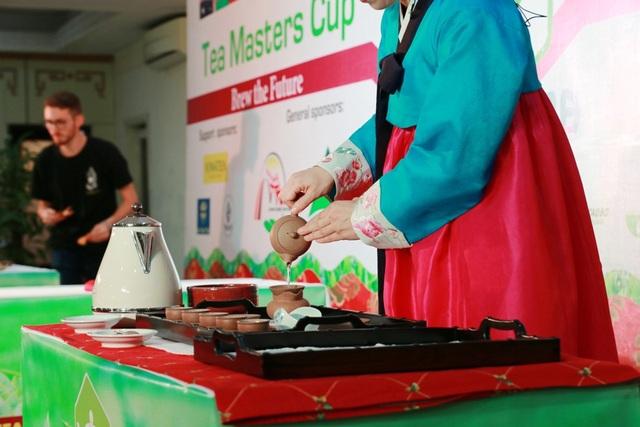 Nhiều động tác cầu kỳ và đẹp mắt của nghệ nhân trà. Bà Nguyễn Thị Ánh Hồng, Phó Chủ tịch Hiệp hội Chè Việt Nam cho biết cuộc thi có 29 thí sinh từ 15 quốc gia tham dự. Đây là cuộc thi chung kết quốc tế của các nhà vô địch lần đầu tiên tổ chức tại Việt Nam. Sẽ có 10 loại trà tại Việt Nam cho thí sinh thi thử nếm. Trong chương trình, các nghệ nhân sẽ đi tham quan tại Huế và mời dân địa phương uống trà. Bất cứ góc phố nào, di tích nào thích thì các master (nghệ nhân) ngồi xuống trải chiếu để mời