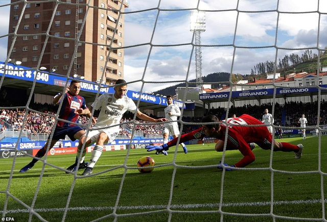 Thủ môn Courtois và hàng thủ Real Madrid đã có trận đấu đáng quên
