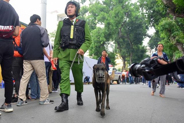 Chó nghiệp vụ là những con chó được tuyển chọn, huấn luyện để làm những nhiệm vụ được chỉ bảo, kể cả dùng trong nhiệm vụ an ninh, quốc phòng và trong lĩnh vực dân sự. Đây chính là là các giống chó được đào tạo, huấn luyện, lai giống để phục vụ cho các hoạt động nghiệp vụ của con người đặc biệt là trong lực lượng cảnh sát (cảnh khuyển) và trong chiến tranh. Loại chó nghiệp vụ được biết đến nhiều nhất là chó chăn cừu Đức (chó Bẹc-giê).