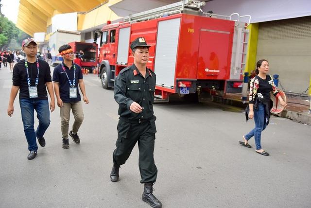 Ngoài ra còn có những cán bộ Cảnh sát cơ động đi tuần tra trên khu vực sân.