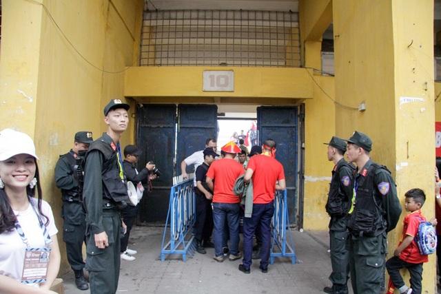 Ngay khu vực cửa soát vé vào các khán đài cũng có nhiều lớp an ninh bảo vệ gồm Cảnh sát cơ động, bảo vệ, người soát vé.
